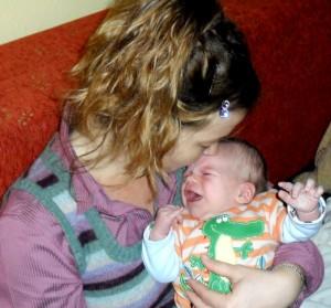 anya nyugtatja gyermekét