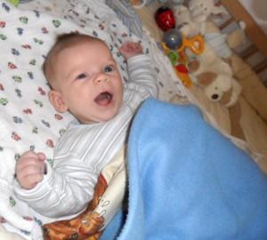 csecsemő ajakhangot formál