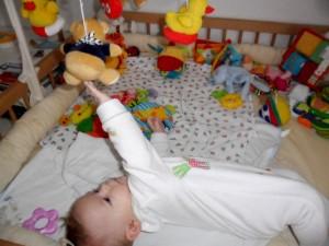 csecsemő akaratlagosan tárgy felé nyúl