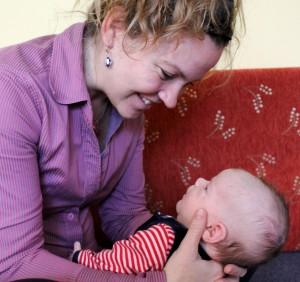 csecsemő figyeli anya arckifejezéseit
