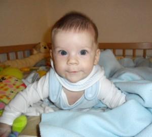 csecsemő figyeli az elé helyeztett tárgyat
