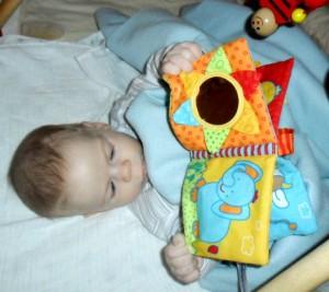 csecsemő nézegeti a könyvet