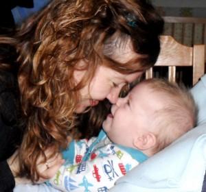csecsemő utánozza anyát